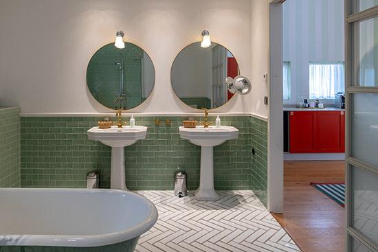 stort badrum med två handfat