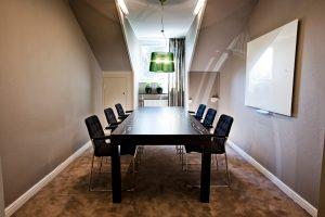 rum med bord och stolar