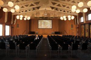 stor möteslokal med scen