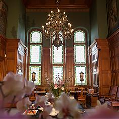 Stor sal med stora fönster och lyxig känsla