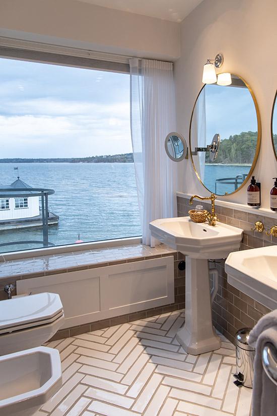 badrum med utsikt mot havet