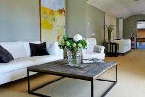 Lounge rum med soffa och inredning i rustik känsla
