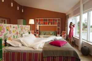 Rum med dubbelsäng och stora fönster över Vår Gård skärgården