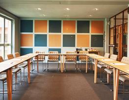 Stor konferens lokal med varma färger på väggarna
