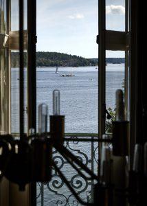 Utsikt mot havet från ett fönster