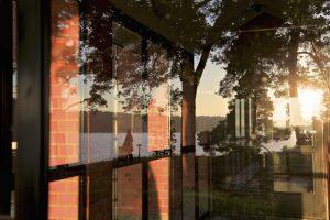 Spegelbild av fönster med naturen speglad