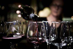 Vin blir upphällt i vinglas