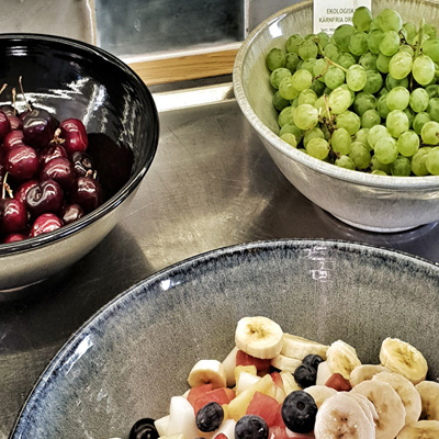 tre fat med olika frukt