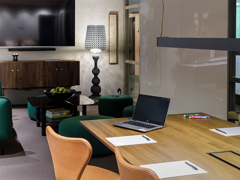 bord med dator och block