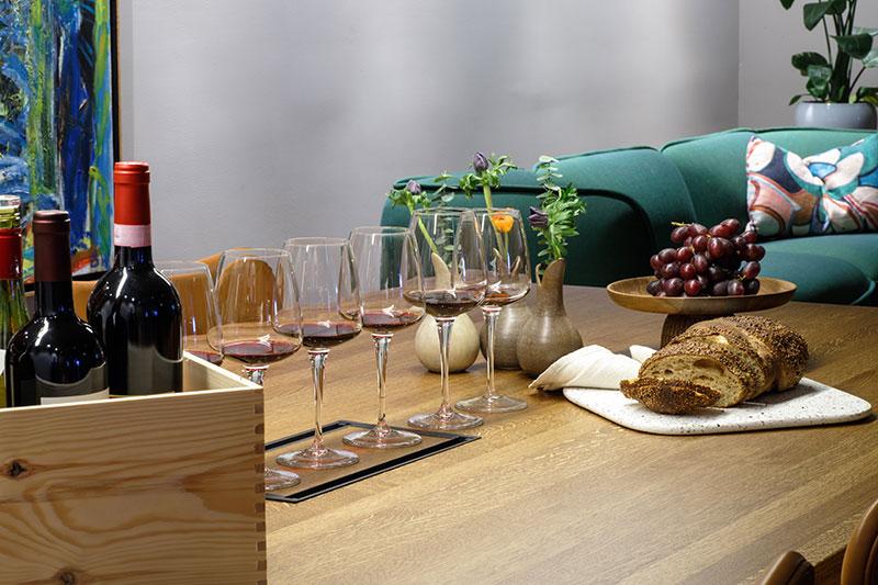bord uppdukat med vinglas för dryckesprovning