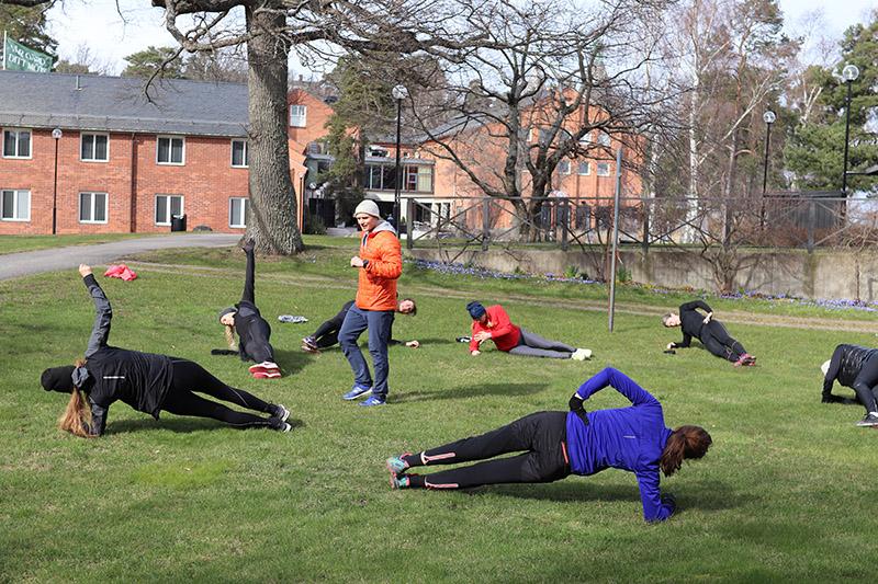 utomhusträning på gräsmatta