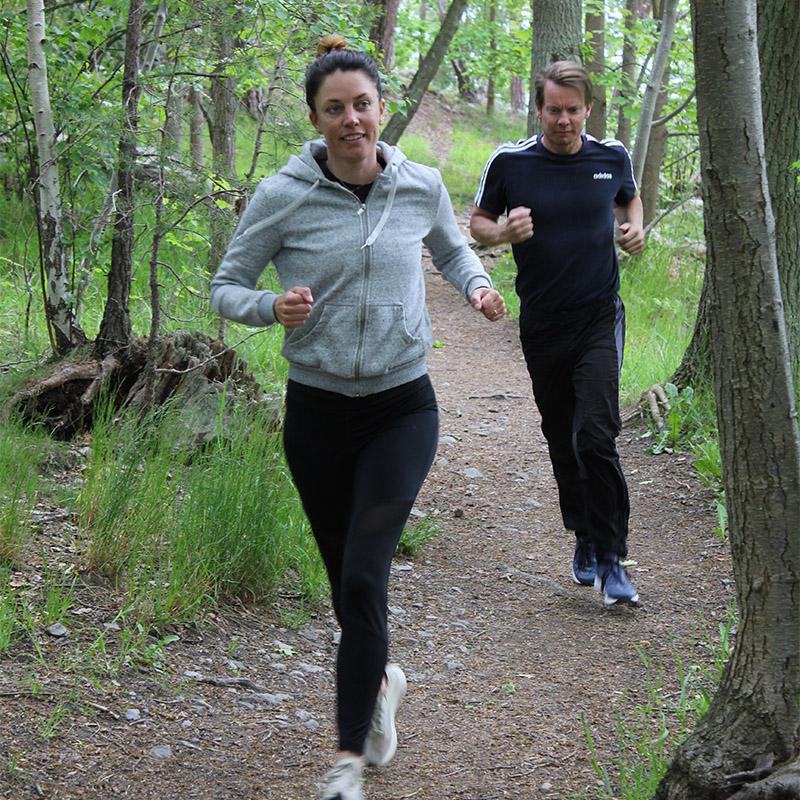 par som joggar på skogsstig