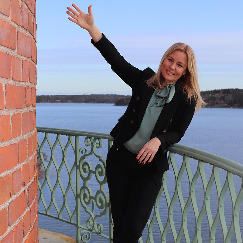 Marika Lindblom på en balkong mot havet