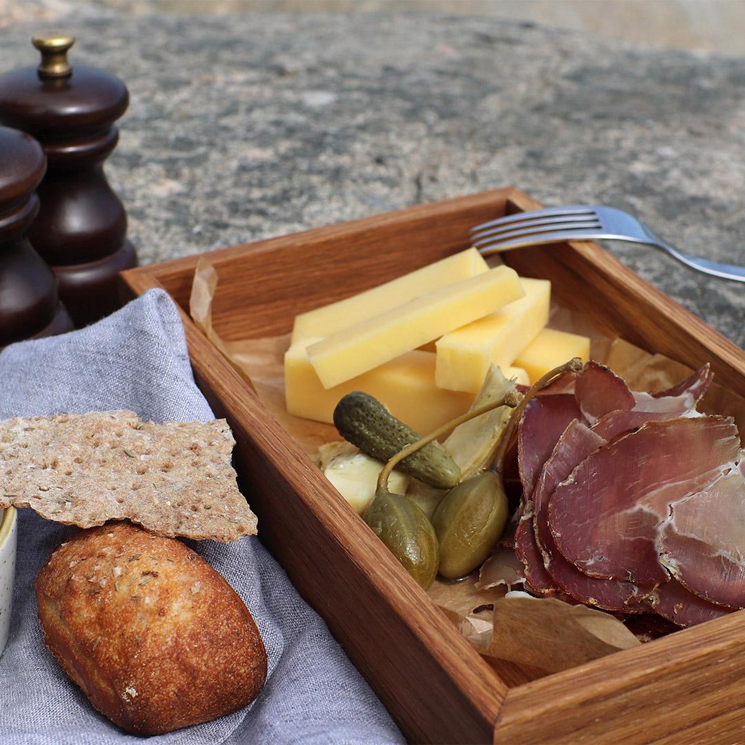 charkbricka med ost och lufttorkad skinka