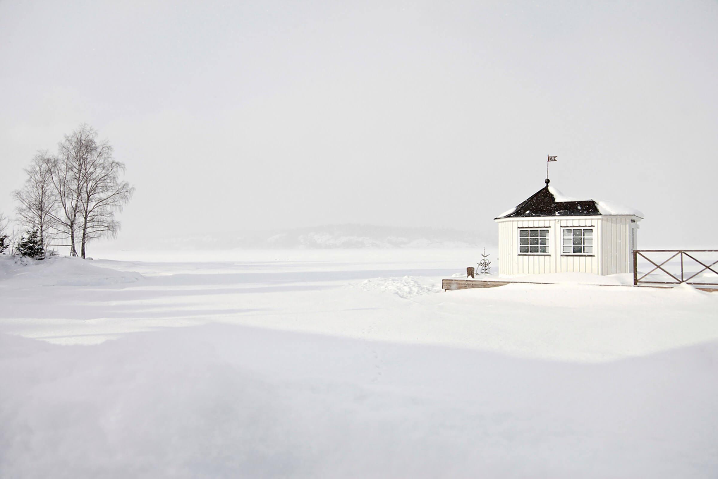 snötäckt brygga med lusthus
