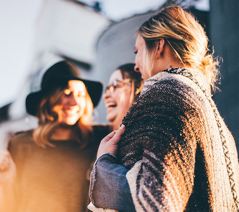 tre glada damer utomhus