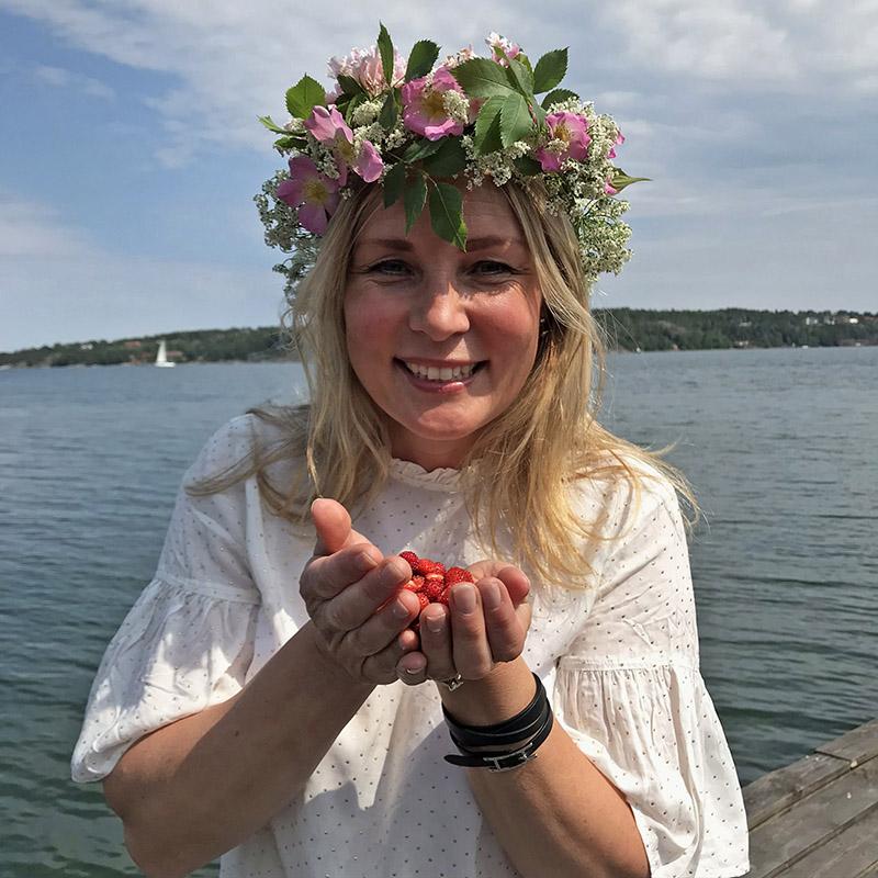 Marika Lindblom med midsommarkrans i håret