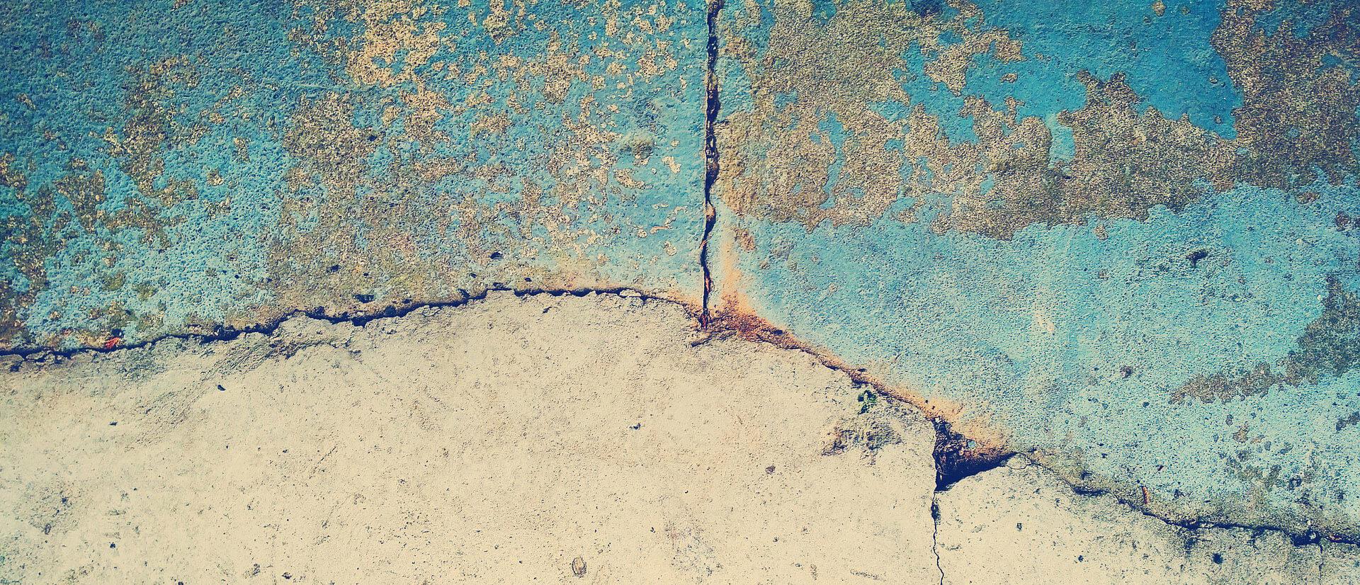 spricka i stenvägg