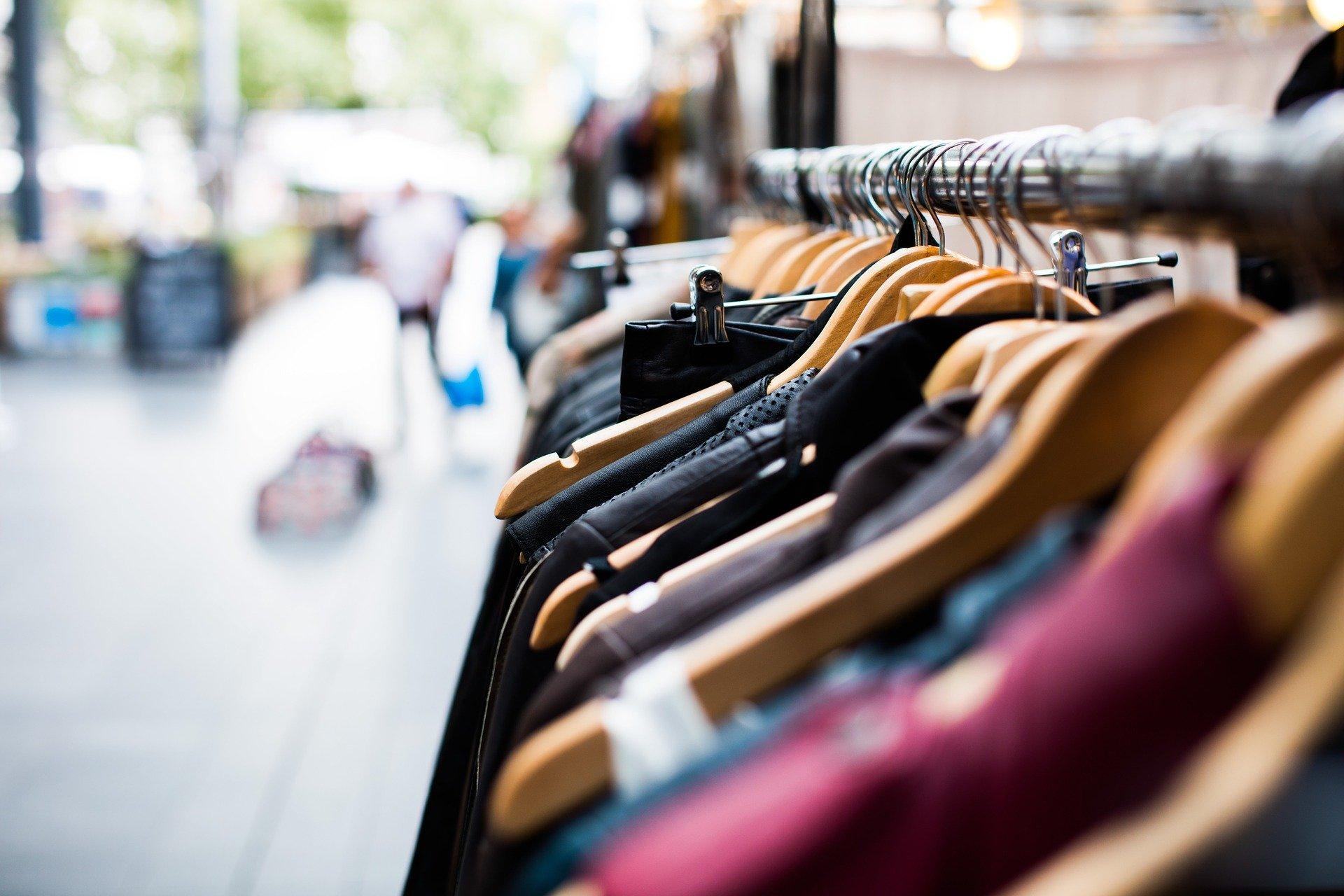 kläder som hänger i en butik