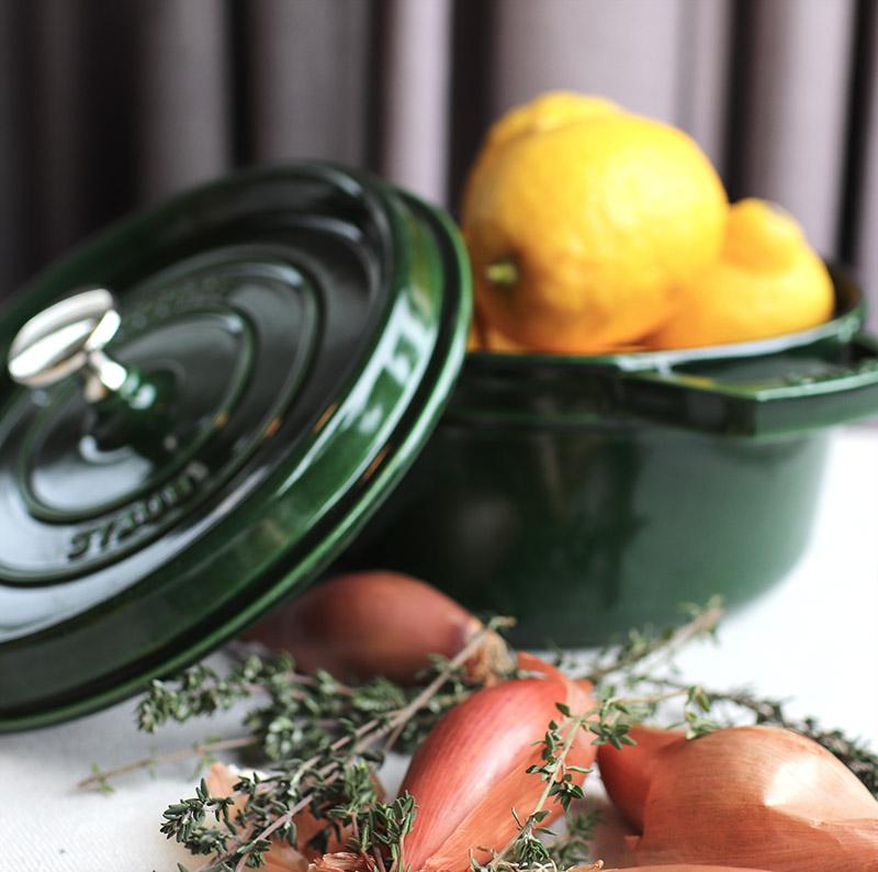 Grön gryta med citroner, lök och timjan