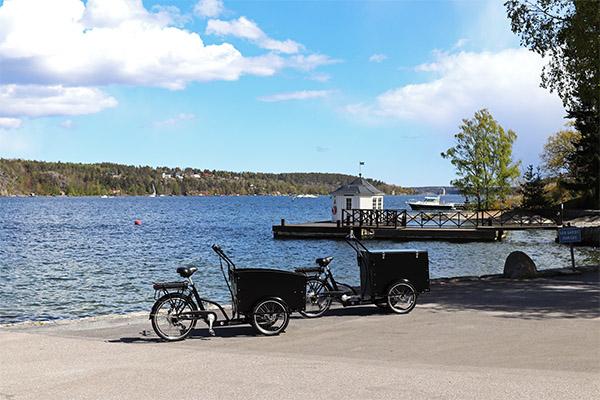 två lådcyklar parkerade vid havet