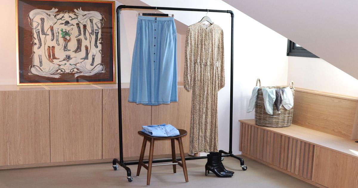 en blus och kjol som hänger på en klädställning