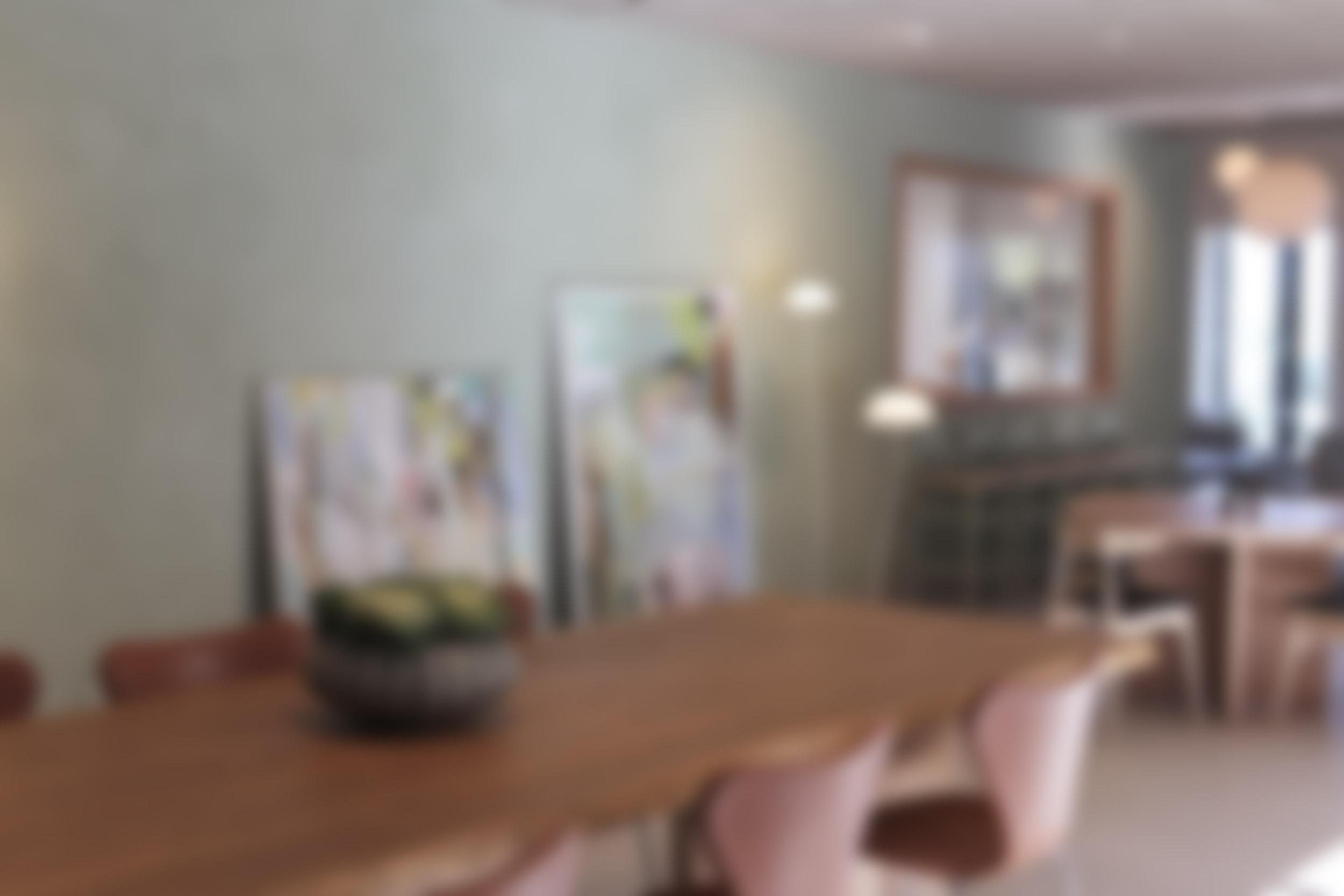 lounge med bord och stolar i skandinavisk design
