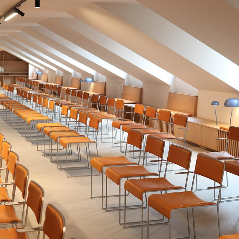 konferensrum med snedtak och stolar i biosittning