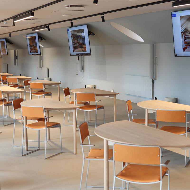 möteslokal med bord i halvmåne och stolar i skinn