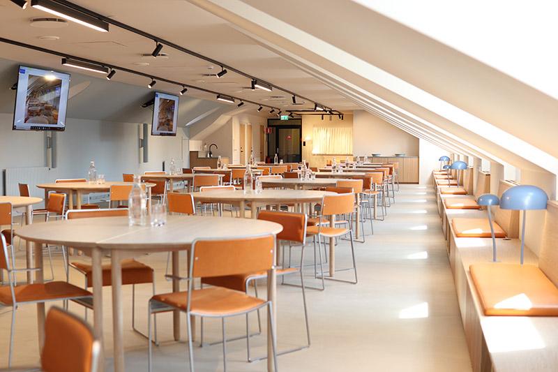 stort konferensrum med vindskaraktär och skandinavisk design