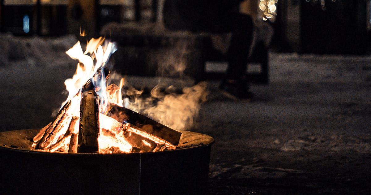 eldfat med brinnande vedträn utomhus