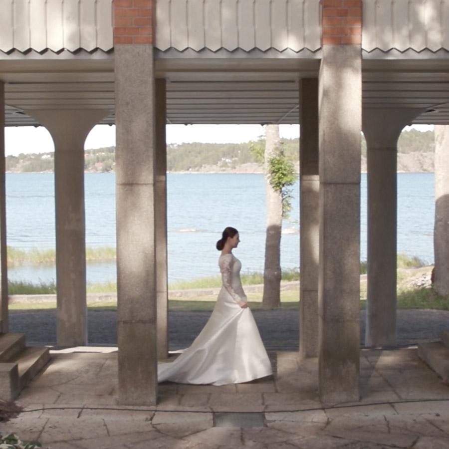 kvinna i brudklänning vid havet