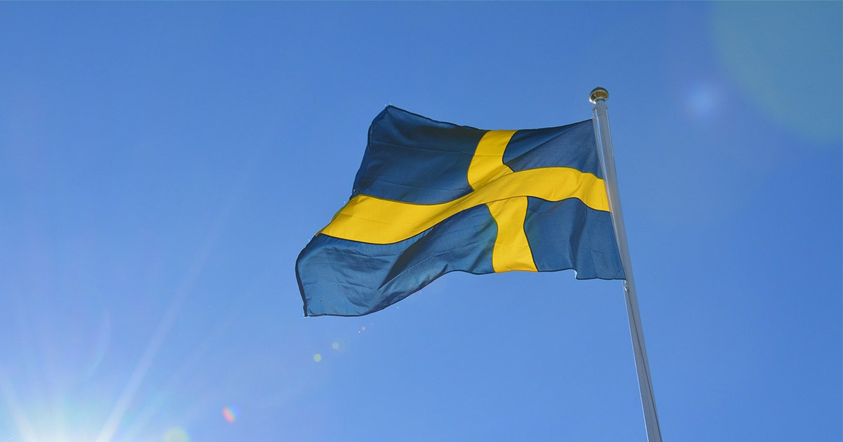 svenska flaggan mot blå himmel