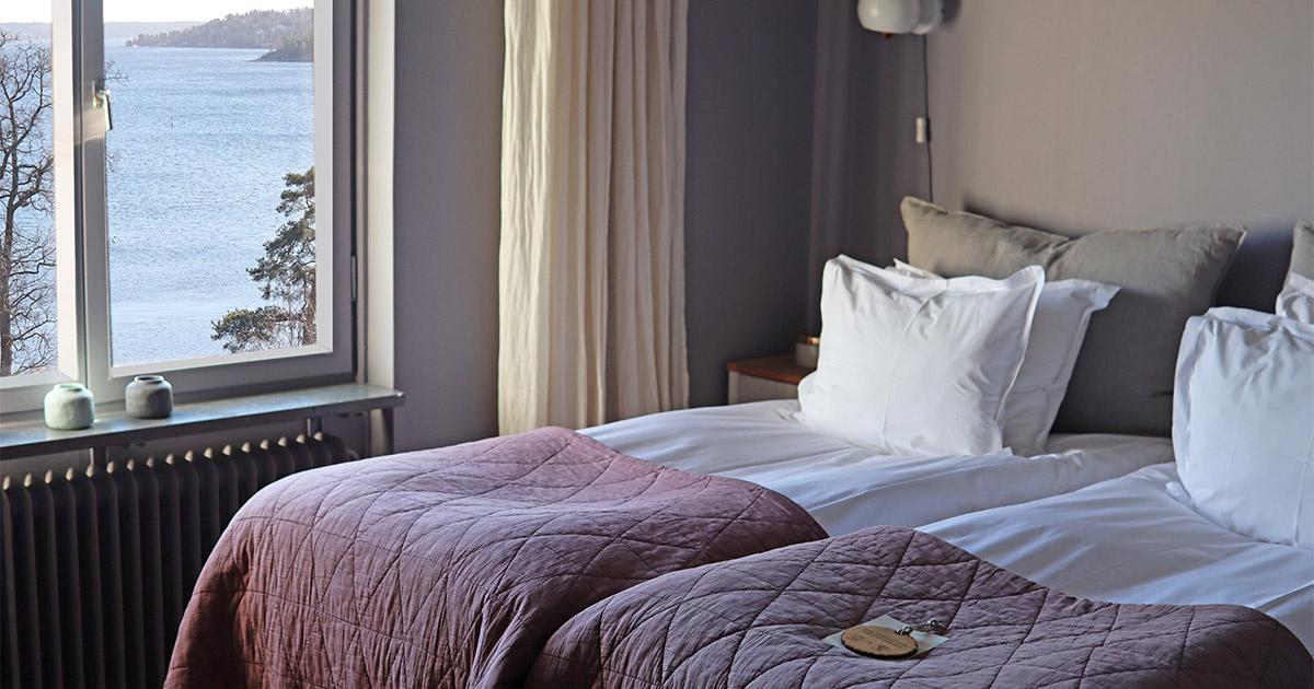 hotellrum med dubbelsäng och utsikt mot hav