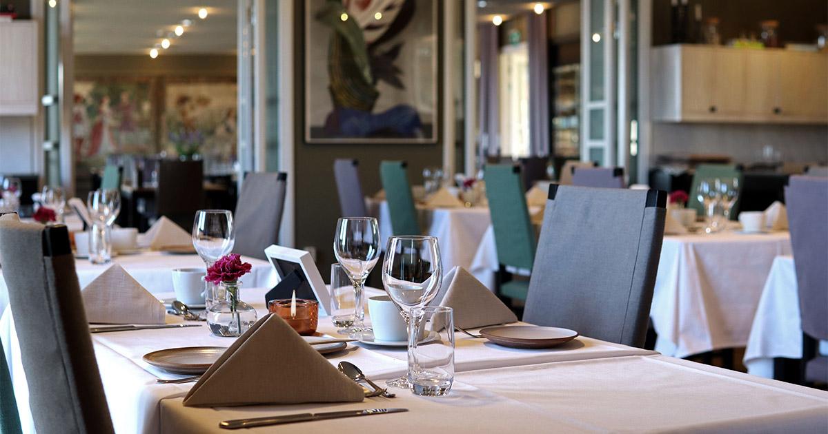 restaurant med vacker dukning inför minnesstund