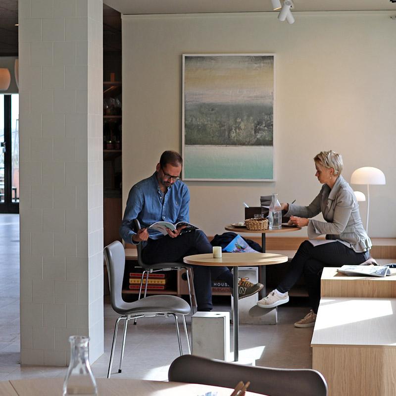 par som fikar i stilrent café