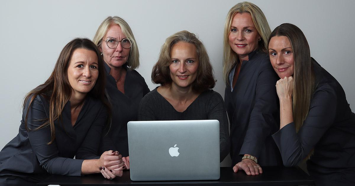 fem kvinnliga kollegor framför en dator